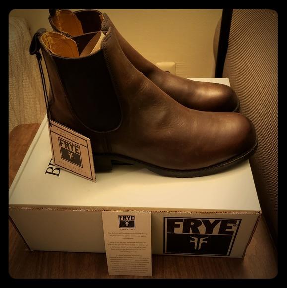 pretty nice 9f148 2dfe5 Frye Logan Chelsea Boots NWT